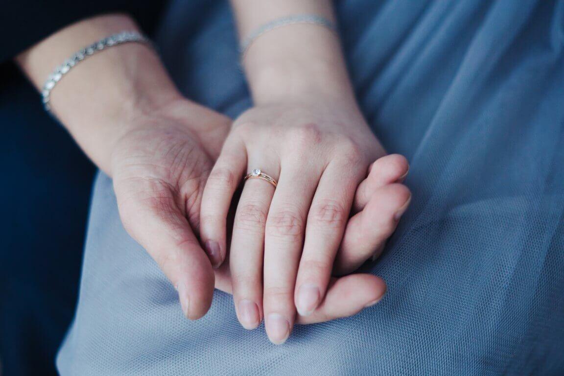 טבעת זהב צהוב עדינה ובמרכז שלה יהלום עדין