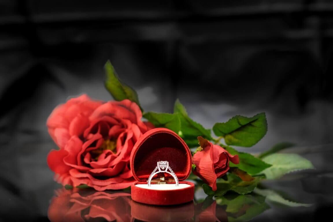 טבעת כסף מצופת יהלומים בצדדים במרכזה יהלום גדול ומרובע