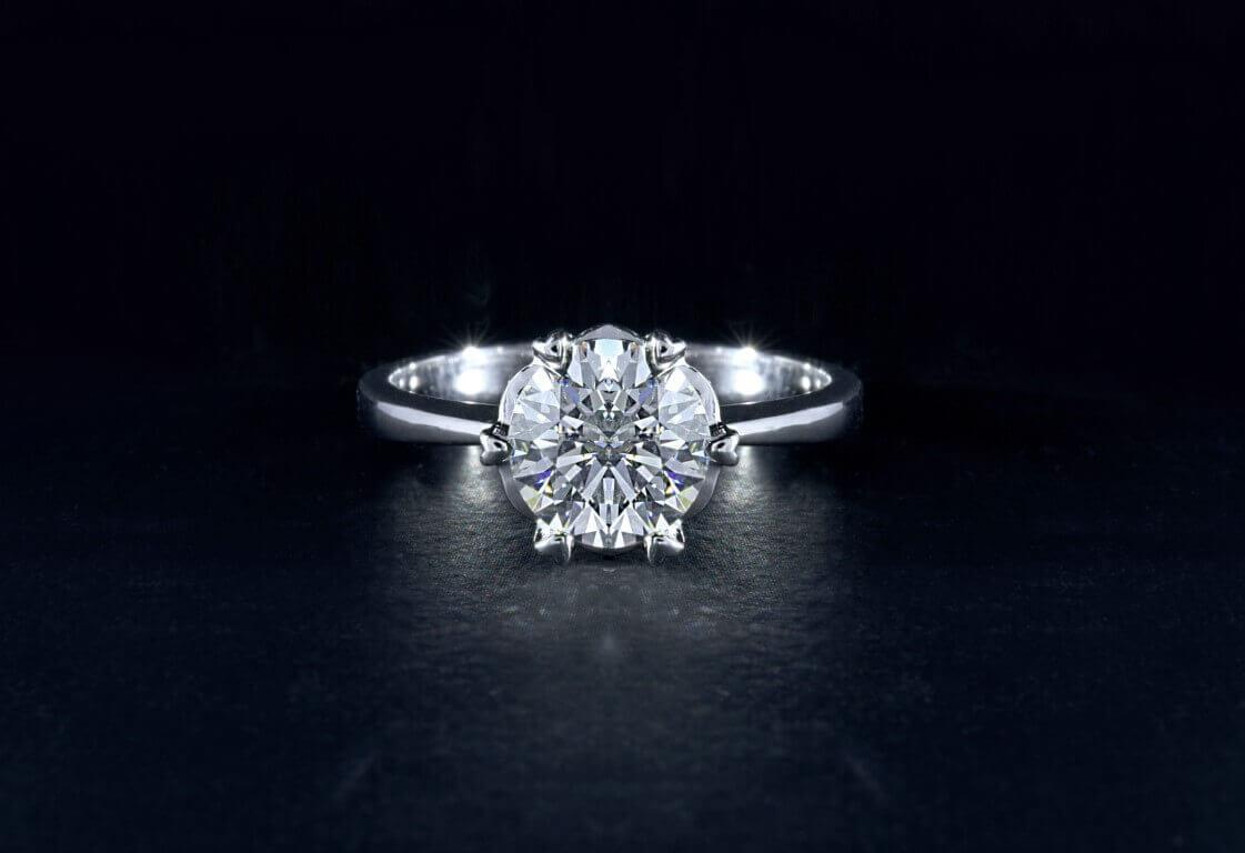 טבעת כסף עדינה ובמרכזה יהלום עגול וגדול
