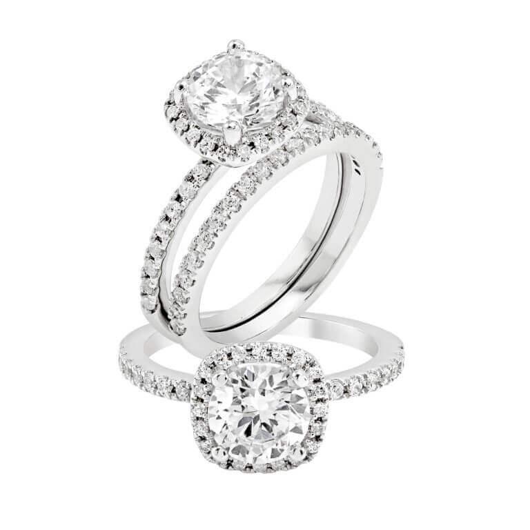 טבעת כסף עם שני חישוקים עם ציפוי של יהלומים ובמרכזה יהלום מרובע