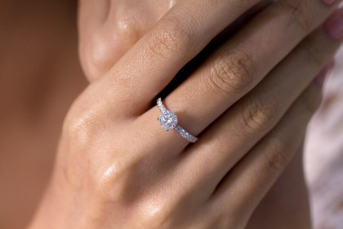 טבעת כסף עדינה מצופת ביהלומים ובמרכזה יהלום עגול