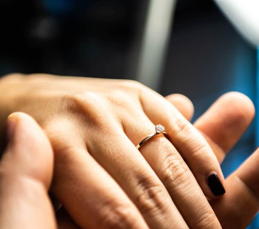 טבעת זהב צהוב עדינה ובמרכזה יהלום עדין ועגול
