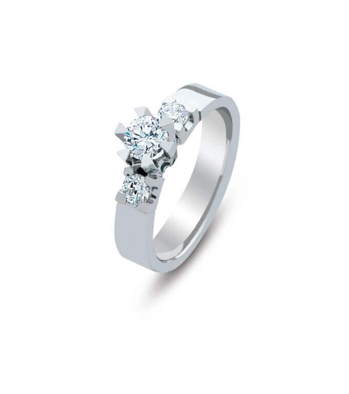 טבעת כסף עם שלושה יהלומים שנים קטנים ואחד מרכזי גדול