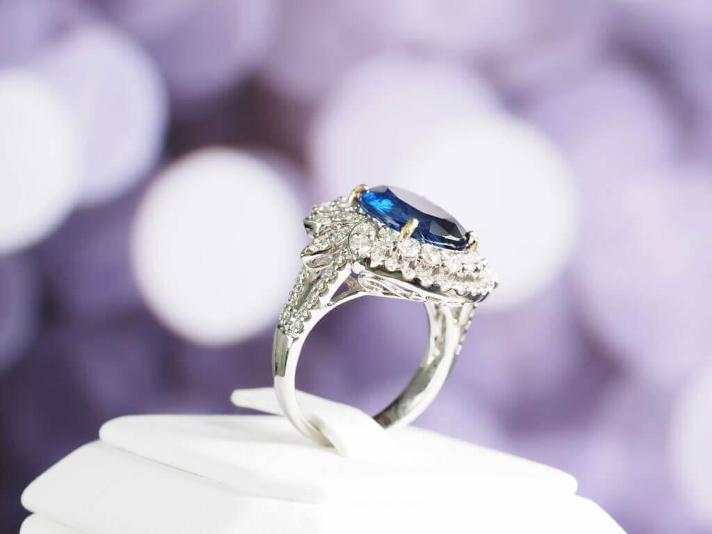 טבעת זהב ועליה יהלום כחול מרכזי
