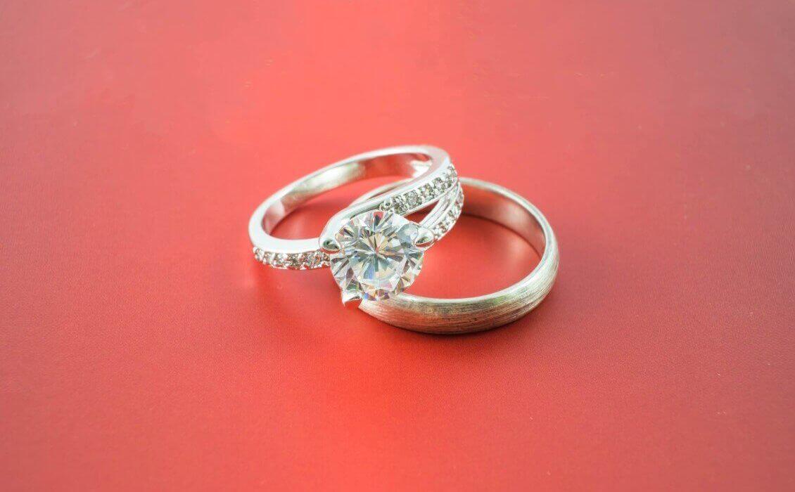טבעת זהב עם חישוק ועליו זהב לבן ובמרכזה יהלום