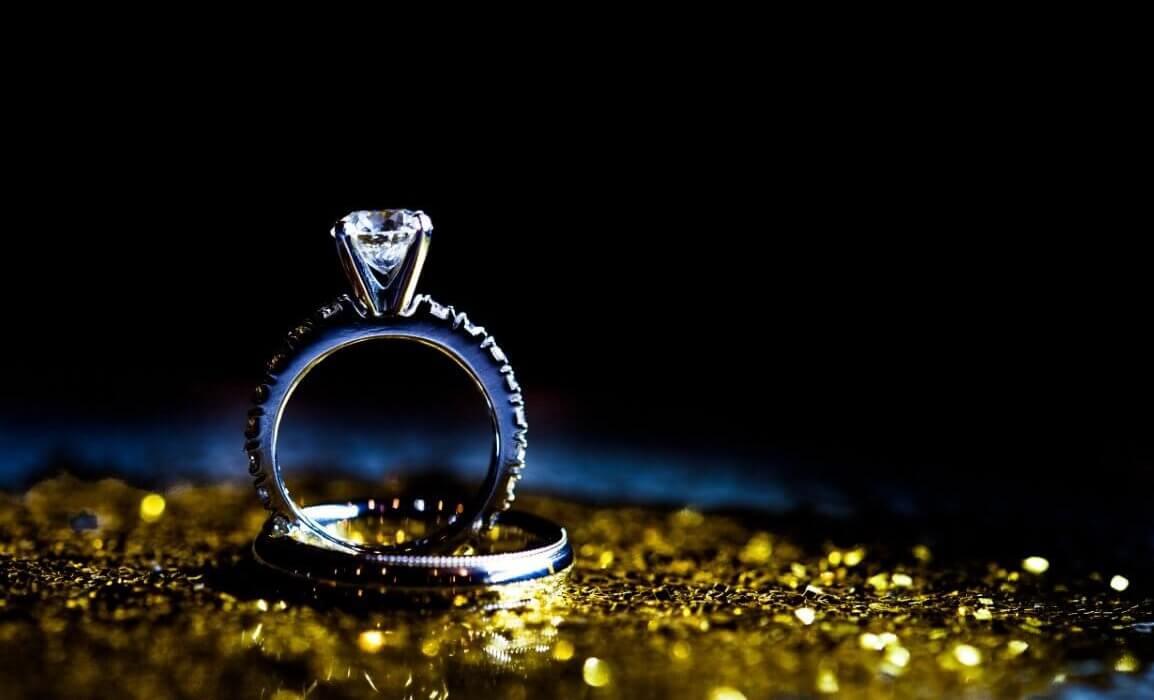 טבעת כסף מצופה יהלומים ובמרכזה יהלום כחול