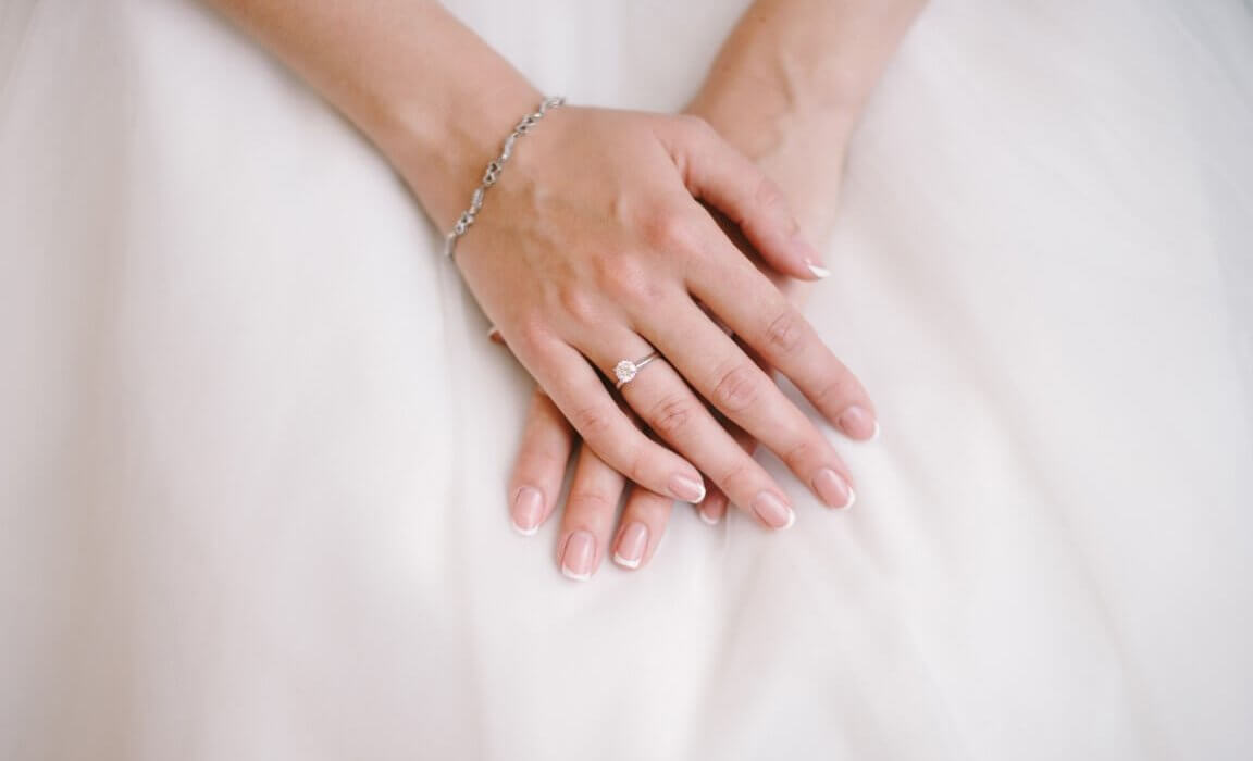 טבעת זהב עדינה ויהלום במרכזה