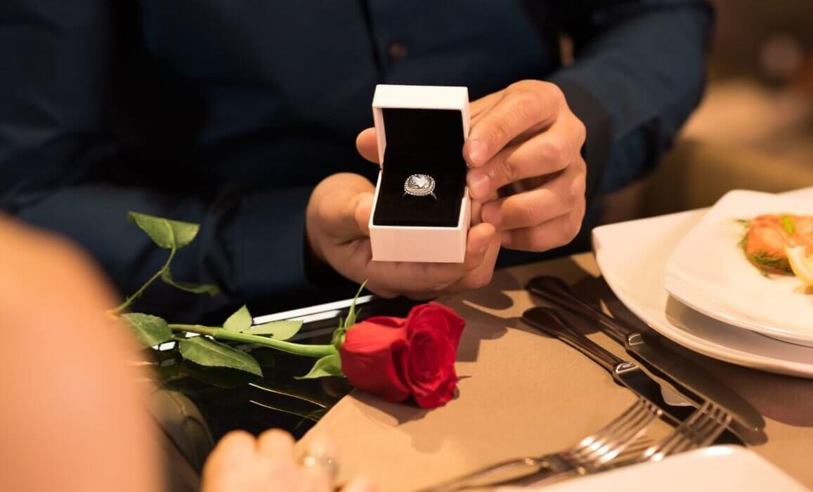 טבעת כסף במרכזה יהלום גדול וסביבו יהלומים קטנים