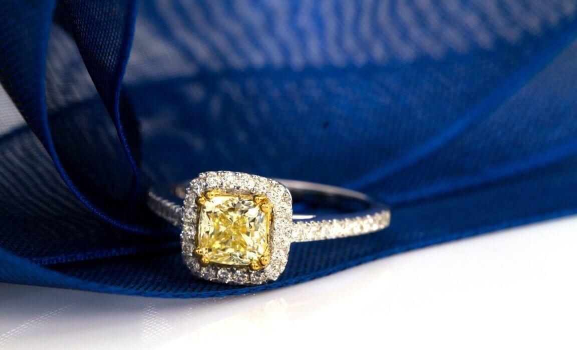 טבעת זהב לבן במרכזה יהלום צהוב