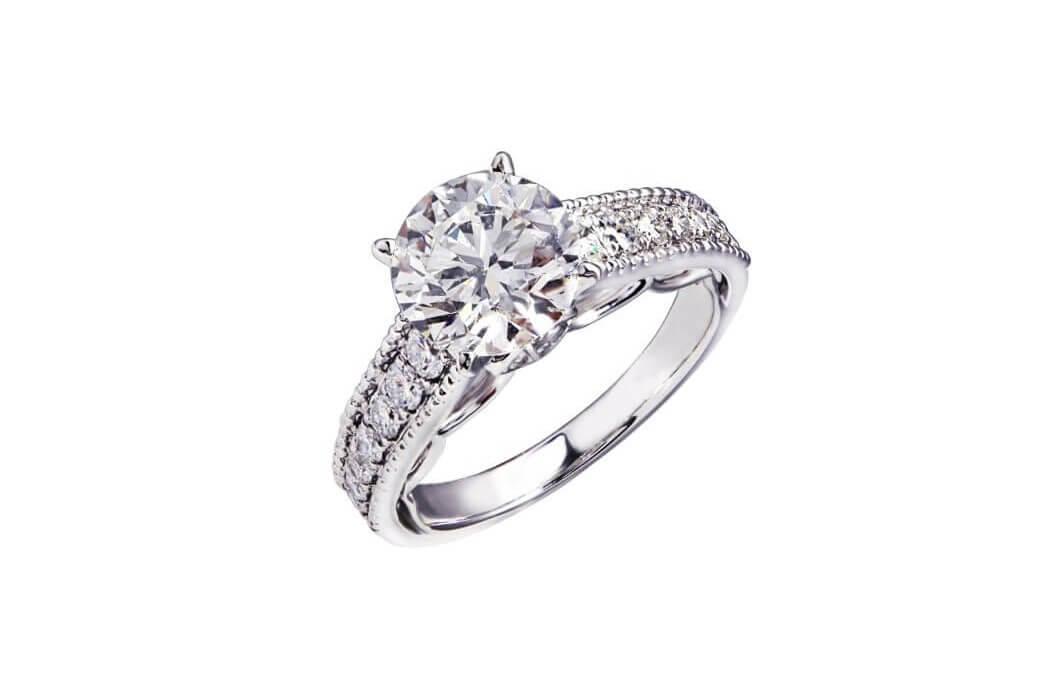 טבעת כסף מצופה יהלומים עם יהלום גדול במרכז