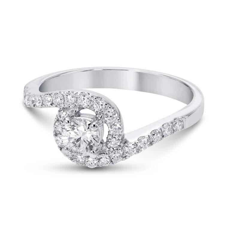 טבעת כסף מסולסלות בצידיה יהלומים קטנים ובמרכזה יהלום גדול