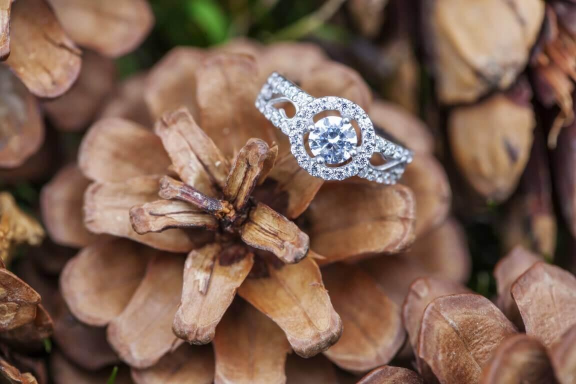 טבעת יהלומים עם יהלום כחול ממורכז