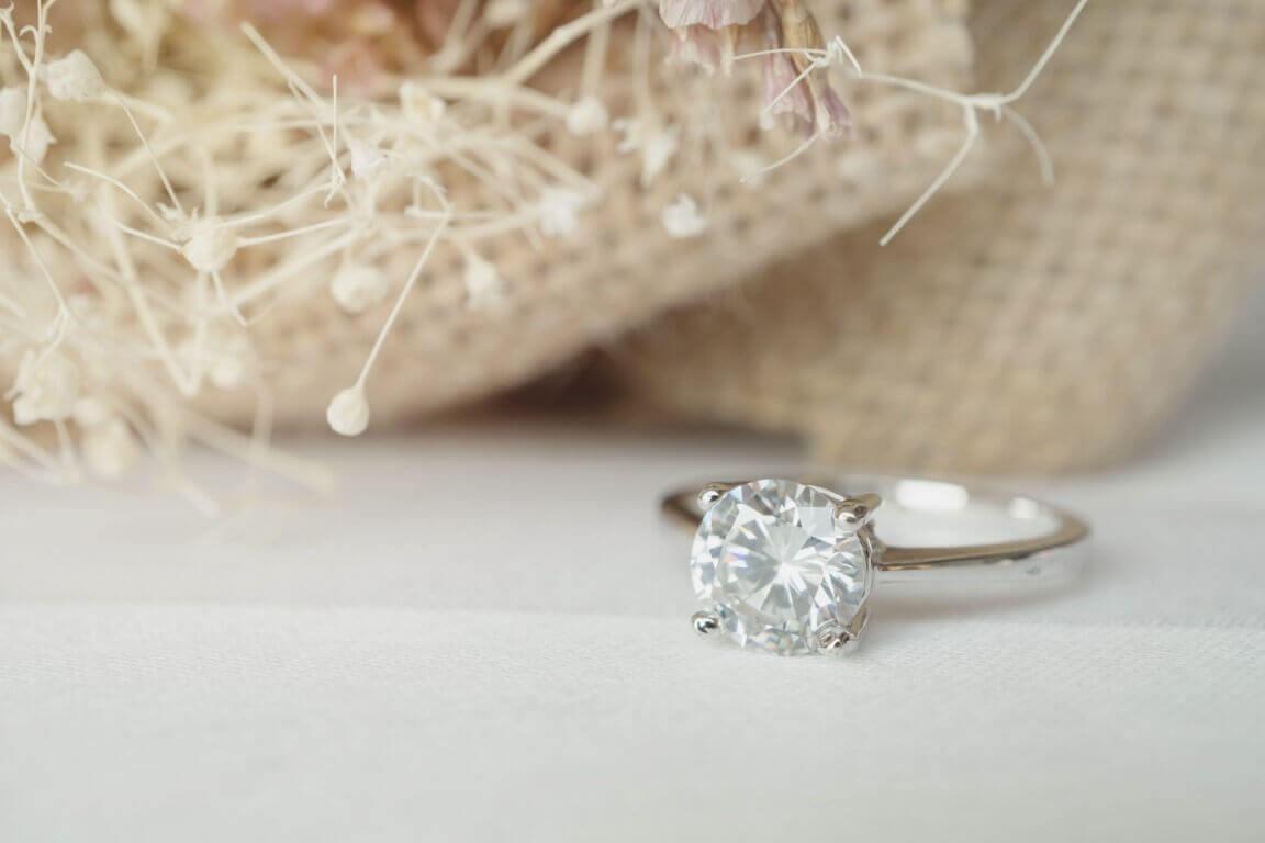 טבעת זהב עדינה ובמרכזה יהלום גדול