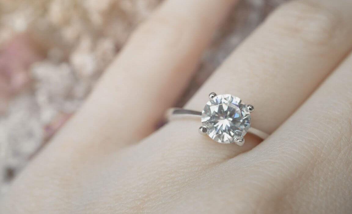 טבעת כסף דקה ועדינה ובמרכזה יהלום גדול