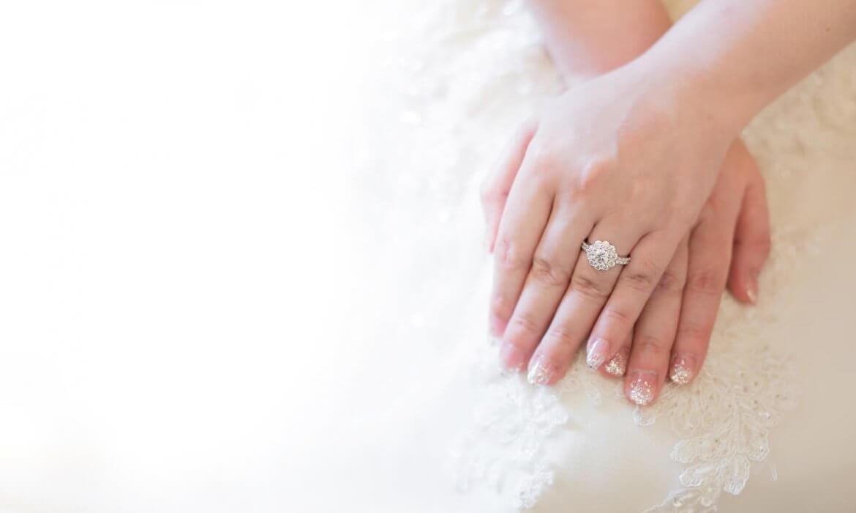 טבעת זהב מצופת יהלומים בצדדיה ובמרכזה יהלום בצורת פרח