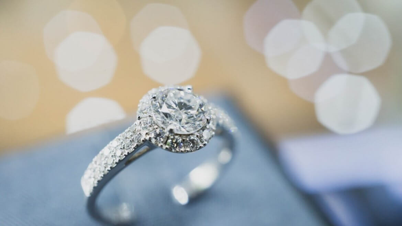 טבעת כסף ועליה יהלומים בצדדים ובמרכז יהלום עגול וגדול