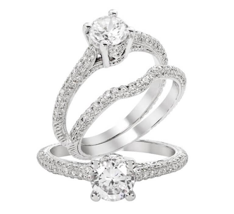 טבעת כסף מצופת יהלומים ובמרכזה יהלום גדול